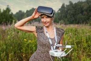 Девушка в очках виртуальной реальности Samsung VR