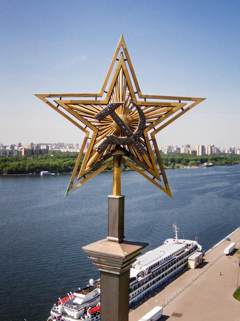Звезда на шпиле Северного речного вокзала